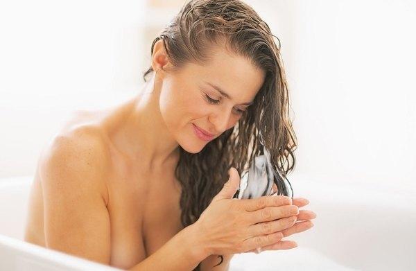 Haz que tu cabello quede sedoso y brillante aplicando el acondicionador en las puntas.