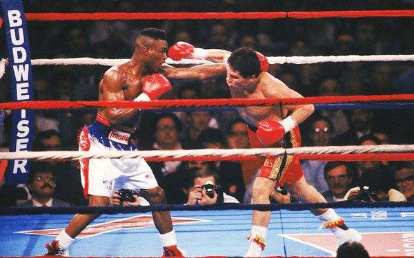Chávez y Taylor en un cruce durante la pelea.