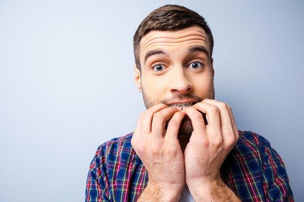 Um dos piores gestos a se fazer frente a outras pessoas é roer as unhas