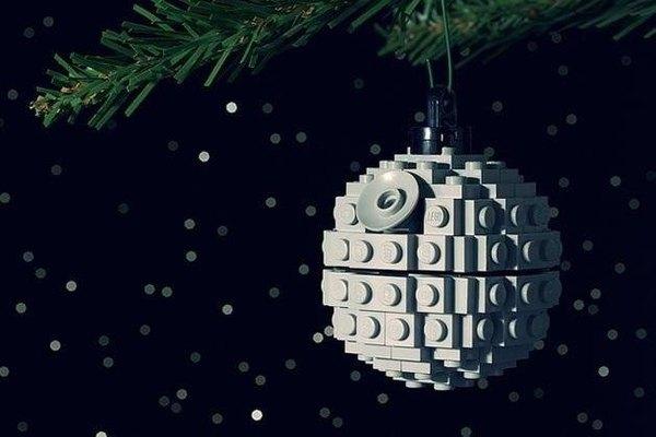 """Bola navideña que emula """"La estrella de la muerte"""" de la Guerra de las Galaxias"""
