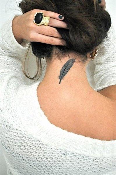 Los tatuajes de plumas lucen bien en cualquier parte del cuerpo.