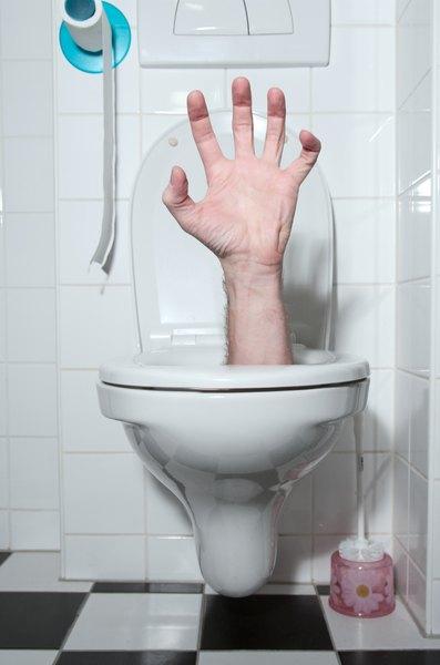 As pessoas dedicadas a essa atividade limpam entre 10 e 60 banheiros por dia
