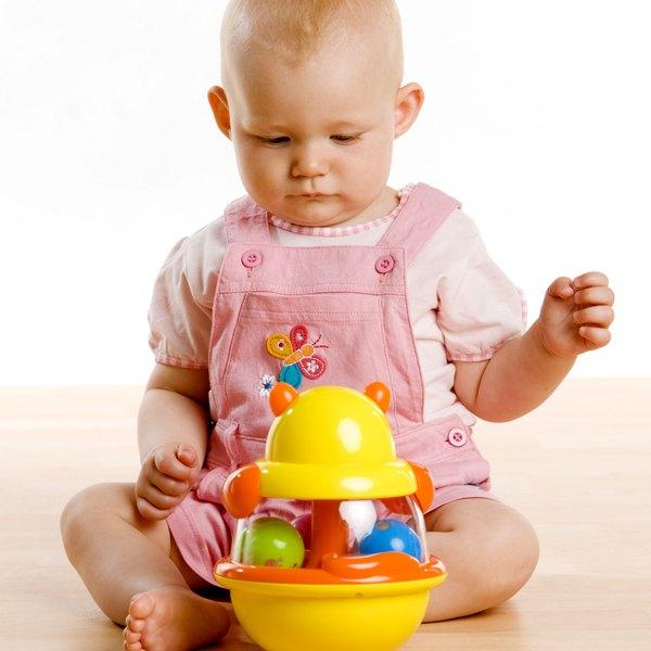 Uma dica é deixar os brinquedos longe da criança para que ela possa engatinhar para alcançá-los