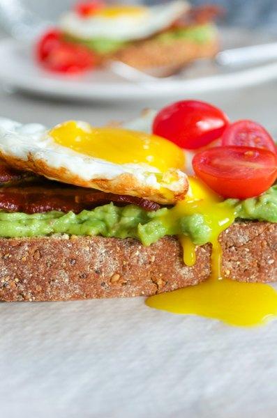 Redescubre el clásico desayuno norteamericano sobre pan recién tostado.