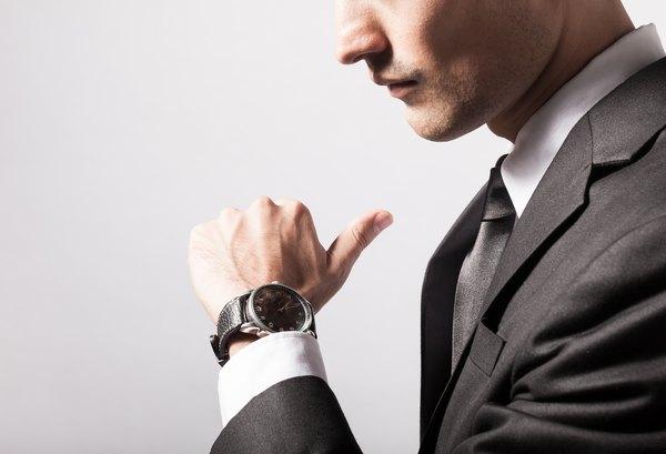 Olhar para o relógio fará com que a pessoa que se dirige a nós se sinta desconfortável e apressada