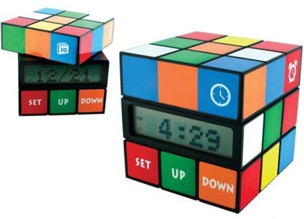 Imagen del reloj despertador con forma de cubo Rubik