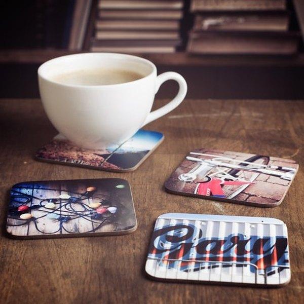 Imagen de una taza y los apoyavasos con fotos de Instagram