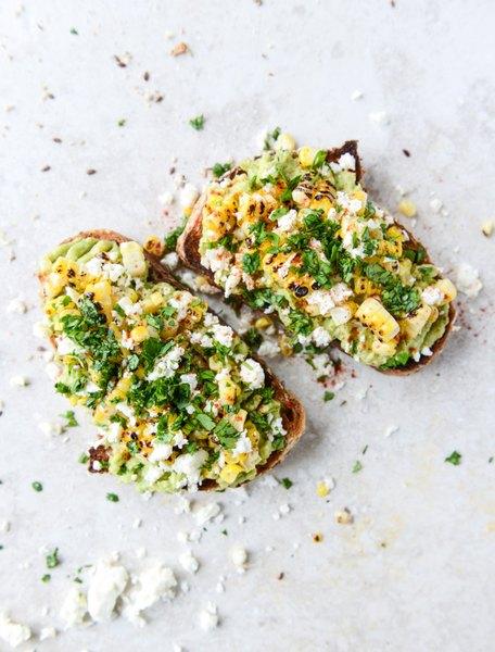 Incorporar maíz tostado en una tostada es sencillamente delicioso.