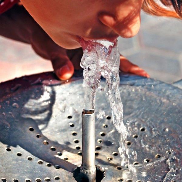 Os bebedouros industriais, dependendo do modelo, podem atender de 125 a 250 pessoas por hora