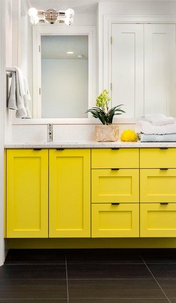 Iluminação moderada, cores relaxantes e aromas agradáveis contribuem para um banheiro zen