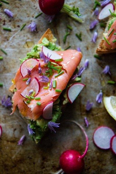 Las tostadas con salmón ahumado y rábano son perfectas para cualquier comida del día.