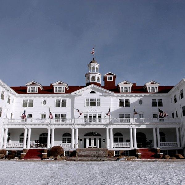 """The Stanley Hotel exibe a versão sem censura de """"O Iluminado"""" sem parar no canal 42 das tevês dos quartos"""