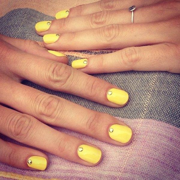 Este arte en uñas incluye detalles llamativos.