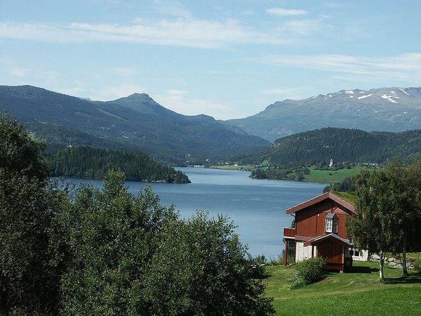 Paisaje de fiordos y praderas en Oslo.