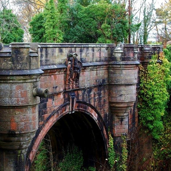 A ponte de Overtoun fica situada próximo a Overtoun House, propriedade suntuosa construída no século 19