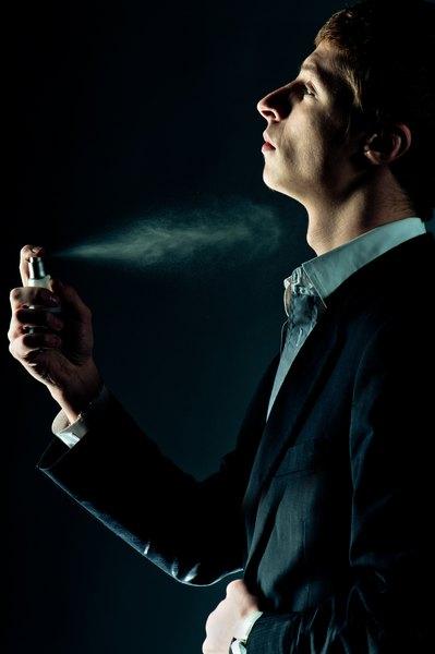 Escolher um perfume não é uma tarefa simples, pois depende da reação da pele, do ritmo de vida, do momento do dia e das condições climáticas, entre outros fatores importantes