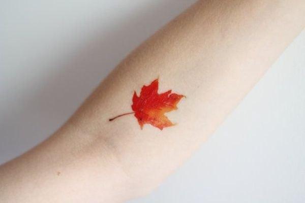 Este pequeño tatuaje es muy atractivo para una piel clara.