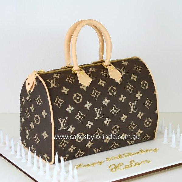 Este pastel con forma de bolso es una réplica exacta de un bolso de Louis Vuitton.
