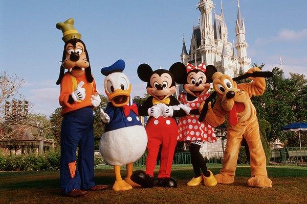 Personajes de Disney posando frente a las cámaras.