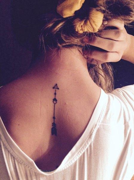Este tatuaje de hibisco representa la belleza y la gracia.