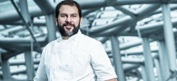 Enrique Olvera es un chef de excelencia, absorbido por completo en los detalles de los platos.