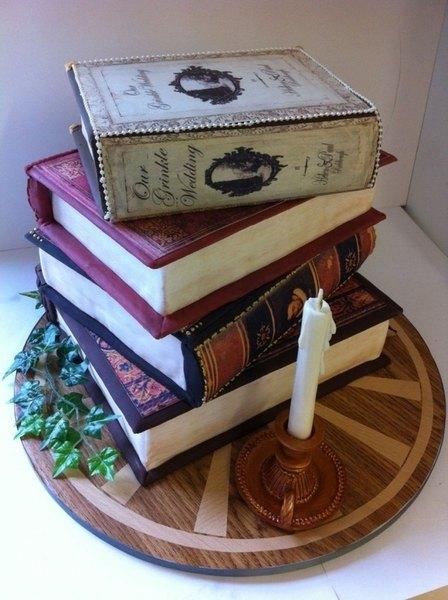 Este pastel de cumpleaños es sumamente elegante.