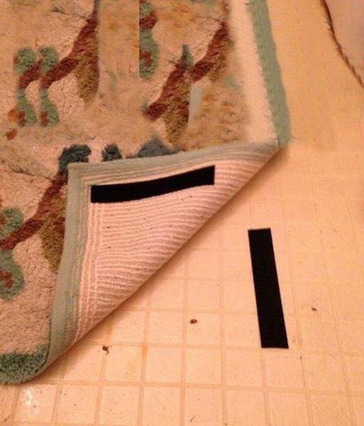 Imagen de una alfombra y piso con laminas de velcro pegadas