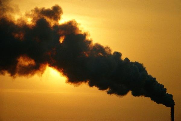 Uma das maiores causas da poluição do ar é a liberação industrial de gases tóxicos