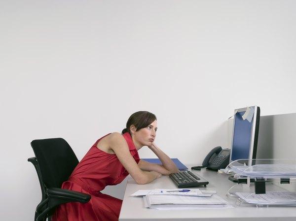 Para demonstrar segurança e atenção, devemos nos sentar com as costas retas e a cabeça erguida