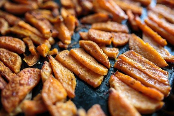 As batatas-doces assadas substituem as batatas fritas