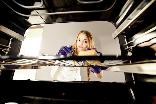Pincele a mistura nas laterais e no fundo do forno