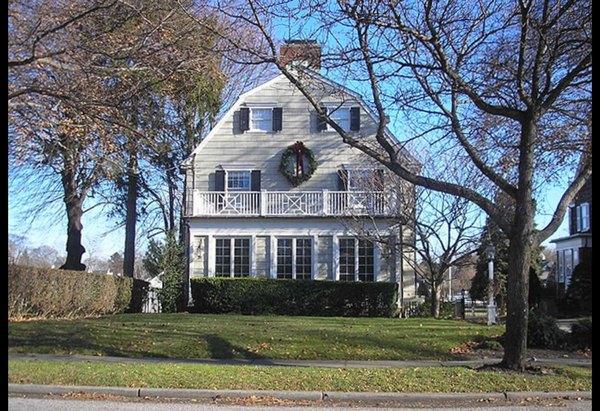 A mansão de Amityville fica na Ocean Avenue, número 112, no bairro de Amityville, em Nova York