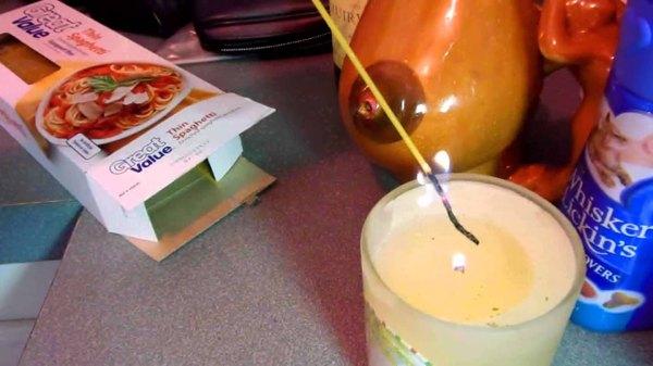 Una vela es encendida con un espagueti