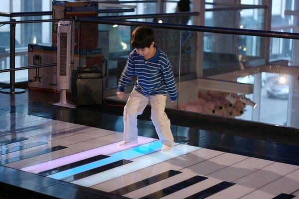 Niño juega en el popular piano de Fao Schwarz en Nueva York.