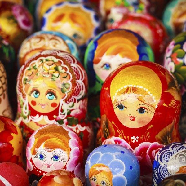 """""""Matryoshka"""" é o nome dado a um brinquedo tradicional da Rússia, formado por várias bonecas, de diversos materiais e tamanhos, que são colocadas umas dentro das outras"""