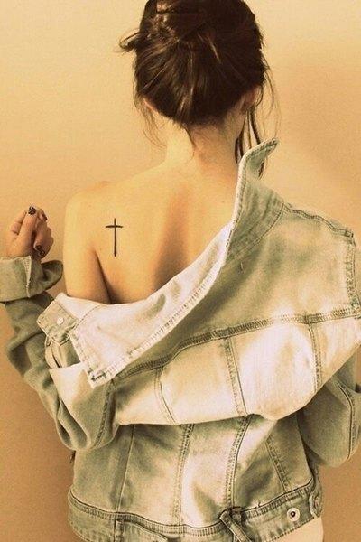 Este tatuaje sencillo de una cruz puede tener varios significados.