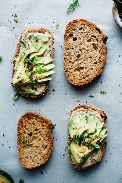 Comenzar el día con tostadas de miso, tahini y aguacate te dará renovadas energías.