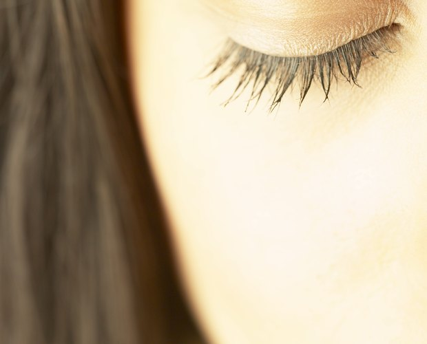 Natural Way to Moisturize the Eyelids | LEAFtv