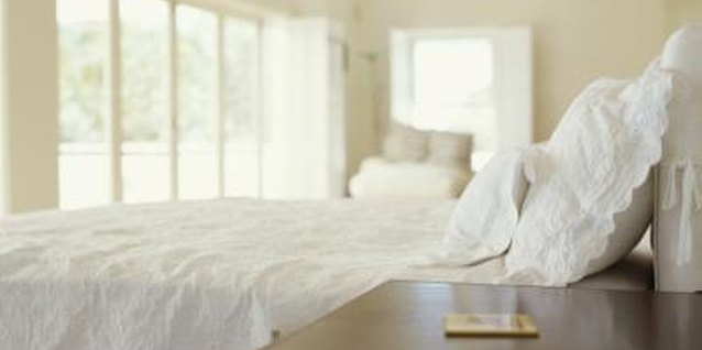 How to Make a White Bedroom Warm and Cozy