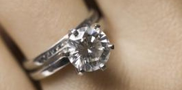 How to Clean a Diamond Ring With Liquid Detergent