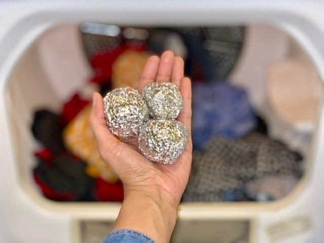 Foil balls remove static clean