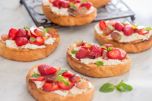 Ricotta toast with berries