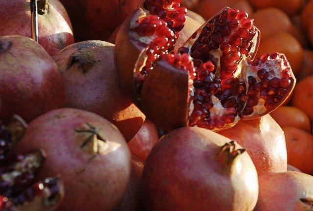 Europa, Austria, Wien, Naschmarkt, geoeffneter Granatapfel