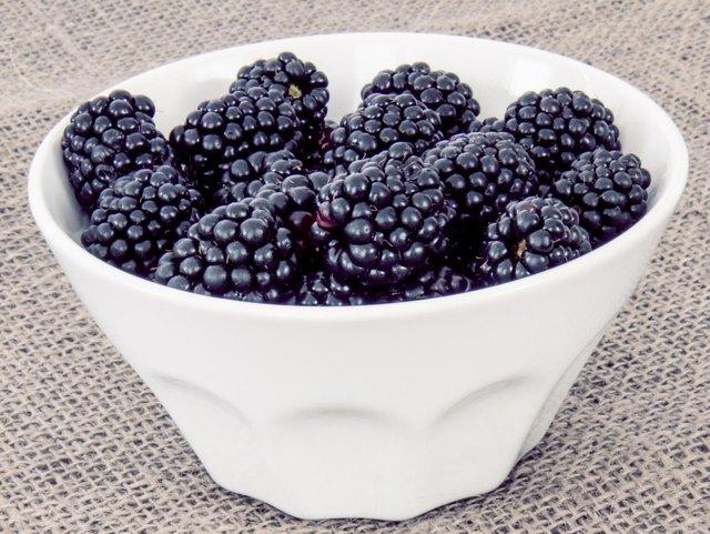 Blackberries in a white bowl