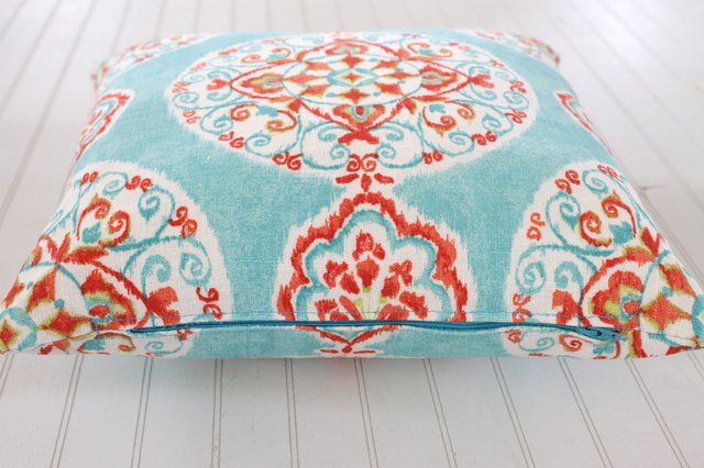 How To Make Zippered Throw Pillow Covers : How to Make a Decorative Zippered Throw Pillow Cover eHow