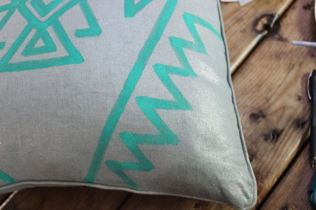 "Continue pattern until you have six points (for an 18"" pillow)."