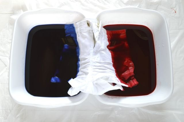 Keep the middle portion of the shorts out of the dye.
