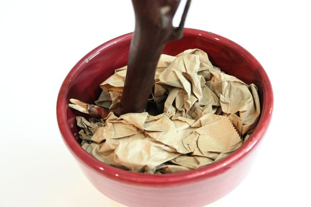 Cover the tin can with crumpled paper.