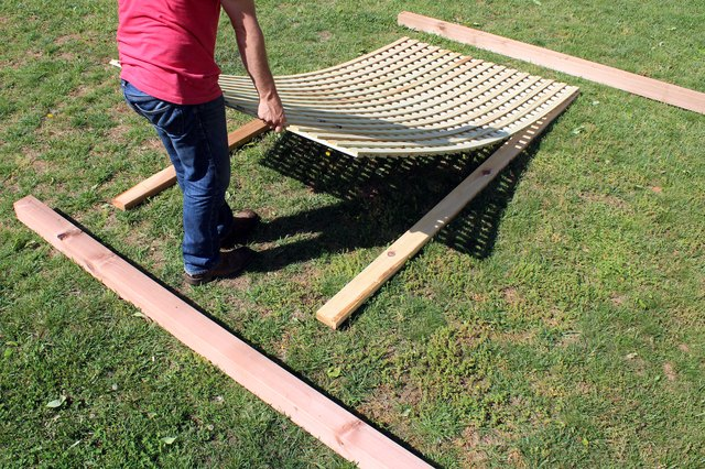 How to build an outdoor privacy screen ehow for Voladeros de jardin