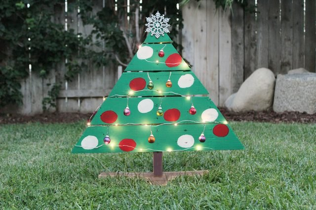 How to make unique outdoor christmas decorations ehow for Unique yard decorations